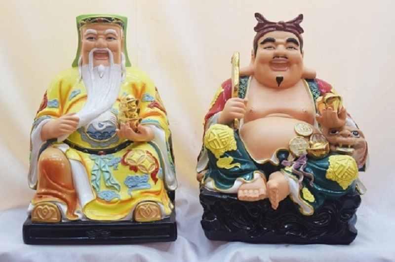 Bên trái là Thần Tài, bên phải là Ông Địa