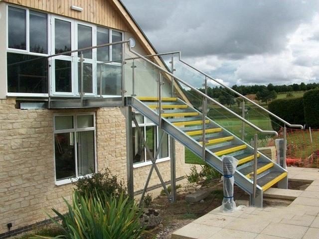 Cầu thang cửa kính sẽ làm phong thủy nhà bạn tốt hơn