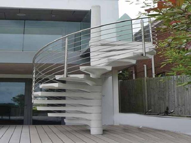 Cầu thang dạng xoắn ốc giúp ngôi nhà bạn trông có chiều sâu hơn