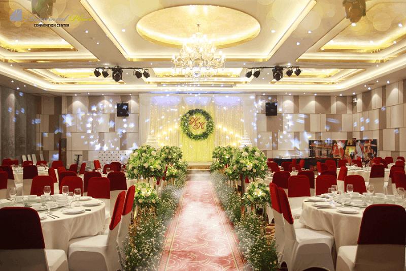 Hệ thống âm thanh và ánh sáng phù hợp với thiết kế tiệc cưới
