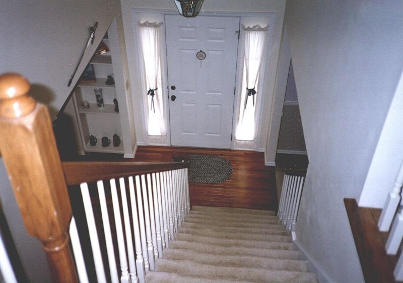 Không kể đến phong thủy thì cửa phòng ngủ đối diện trực tiếp cầu thang khá nguy hiểm