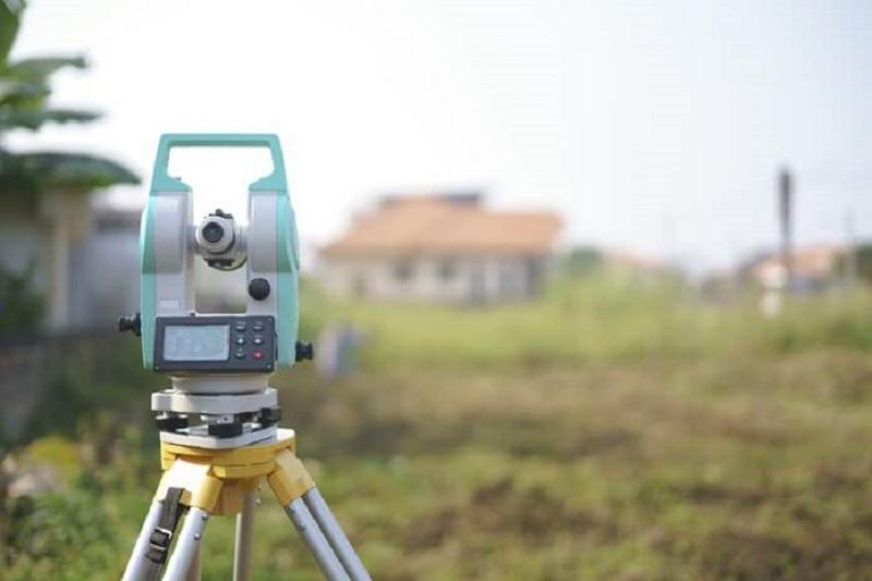 Sử dụng máy móc là một trong những dụng cụ cần thiết để đo đất