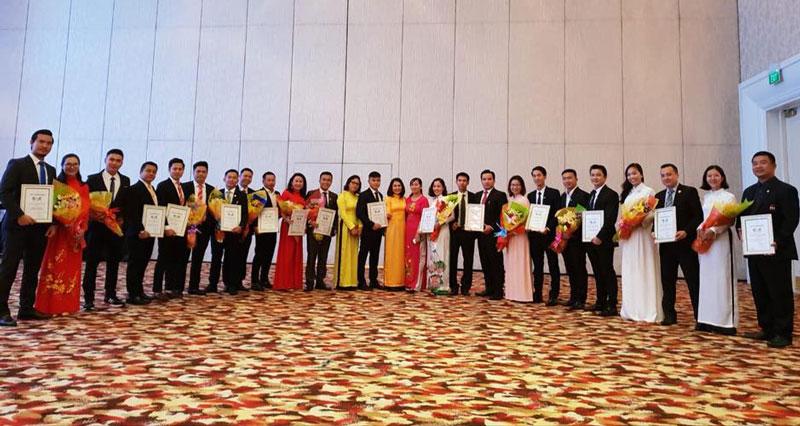 Đại diện Batdongsan Express cùng các đại lý chụp hình lưu niệm với chủ đầu tư tại lễ ký kết đơn vị F1 Vincity Quận 9