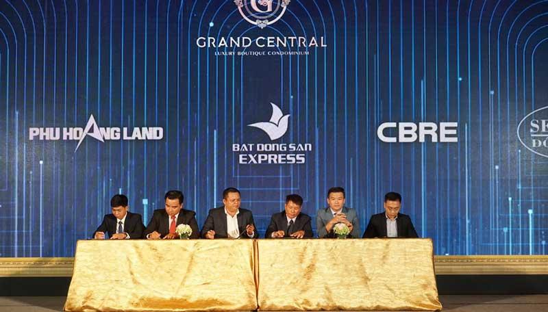Đại diện các sàn ký kết hợp đồng phân phối Grand Central với chủ đầu tư Hồng Hà